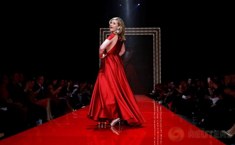 Lenggak-lenggok Aktris dalam Balutan Busana Merah