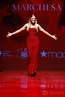 Berbusana Merah, Penyanyi Rachel Platten Tampil di New York Fashion Week