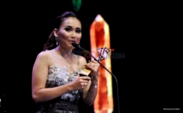 SELEB ON NEWS AWARDS 2017: Ayu Ting Ting Raih Penghargaan Mami Paling Wow