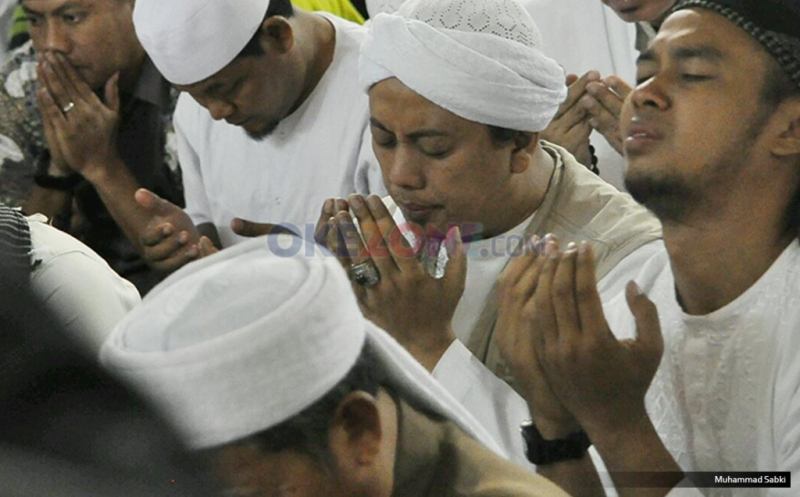 Opick 'Tombo Ati' Doa Bersama dengan Peserta Aksi 112