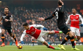 Pemain Arsenal Alexis Sanchez dijatuhkan pemain Hull City dalam lanjutan Liga Primer Inggris di Emirates Stadium, Sabtu (11/2/2017). Arsenal menang 2-0, The Gunners pun untuk sementara naik ke urutan ketiga papan klasemen. Sementara itu, Hull masih terjebak di zona merah, tepatnya di urutan 18 dengan nilai 20.