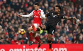 Pemain Arsenal Francis Coquelin (kiri) berebut bola dengan pemain Hull City Tom Huddlestone dalam lanjutan Liga Primer Inggris di Emirates Stadium, Sabtu (11/2/2017). Arsenal menang 2-0, The Gunners pun untuk sementara naik ke urutan ketiga papan klasemen. Sementara itu, Hull masih terjebak di zona merah, tepatnya di urutan 18 dengan nilai 20.