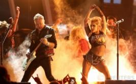 Aksi 'Hot' Lady Gaga Berkolaborasi dengan Metallica Guncang Grammy Awards ke-59