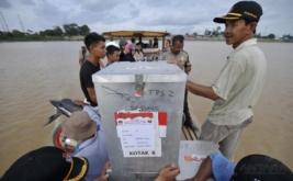 Petugas Panitia Pemungutan Suara (PPS) membawa logistik Pemilihan Kepala Daerah (Pilkada) Kabupaten Muaro Jambi melintasi Sungai Batanghari dari Sekernan menuju Rantau Majo di Muaro Jambi, Jambi, Senin (13/2/2017). Pilkada serentak 2017 di Provinsi Jambi akan diselenggarakan di tiga kabupaten, meliputi Muaro Jambi, Sarolangun, dan Tebo, sementara sebagian besar logistik Pilkada setempat sudah mulai didistribusikan mulai hari ini.