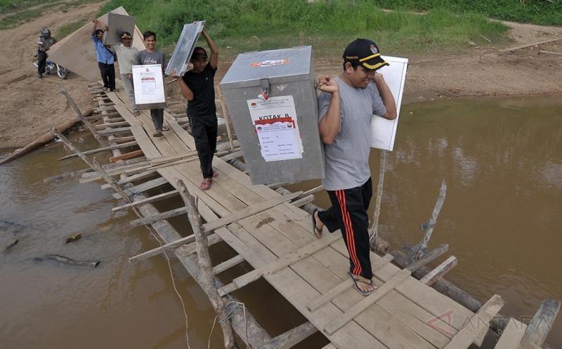 Petugas Panitia Pemungutan Suara (PPS) membawa logistik Pemilihan Kepala Daerah (Pilkada) Kabupaten Muaro Jambi dari Sekernan menuju Rantau Majo di Muaro Jambi, Jambi, Senin (13/2/2017). Pilkada serentak 2017 di Provinsi Jambi akan diselenggarakan di tiga kabupaten, meliputi Muaro Jambi, Sarolangun, dan Tebo, sementara sebagian besar logistik Pilkada setempat sudah mulai didistribusikan mulai hari ini.