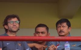 Pelatih Timnas Indonesia Luis Milla (kiri) bersama Pelatih Timnas U-19 Indra Sjafrie (kanan) saat menyaksikan pertandingan Grup IV Piala Presiden 2017 antara Sriwijaya FC melawan PS Barito Putera di Stadion I Wayan Dipta, Gianyar, Bali, Senin (13/2/2017). Pada kesempatan tersebut, Luis Milla bersama Asisten Pelatih Miguel Gandia dan Pelatih Timnas U-19 Indra Sjafrie memantau sejumlah pemain yang akan diseleksi untuk masuk ke dalam skuad Timnas U-22 dan Timnas U-19.