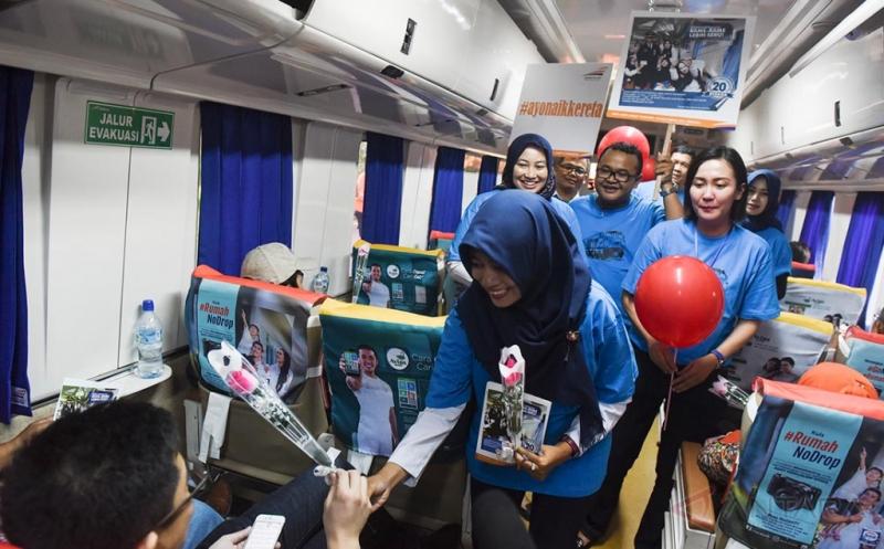 Peringati Hari Kasih Sayang di Dalam Kereta Api