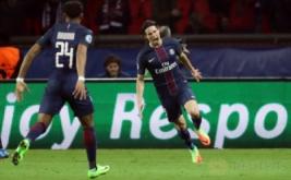 Edinson Cavani (kanan) selebrasi usai mencetak gol ke gawang Barcelona pada leg pertama babak 16 besar Liga Champions, Rabu (15/2/2017) dini hari WIB. (Reuters/Christian Hartmann)