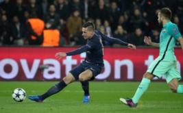 Julian Draxler (kiri) mencetak gol ke gawang Barcelona. (Reuters/Christian Hartmann)