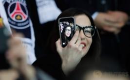 Aktris cantik Liv Tyler asyik berselfie saat menyaksikan laga leg pertama babak 16 besar Liga Champions yang mempertemukan tuan rumah Paris Saint Germain (PSG) dengan Barcelona, Rabu (15/2/2017) dini hari WIB. Pada laga tersebut, PSG menaklukkan Barca lewat skor meyakinkan 4-0. (Reuters/Benoit Tessier)