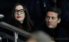 Aktris cantik Liv Tyler (kacamata) saat menyaksikan laga leg pertama babak 16 besar Liga Champions yang mempertemukan tuan rumah Paris Saint Germain (PSG) dengan Barcelona, Rabu (15/2/2017) dini hari WIB. Pada laga tersebut, PSG menaklukkan Barca lewat skor meyakinkan 4-0. (Reuters/Benoit Tessier)