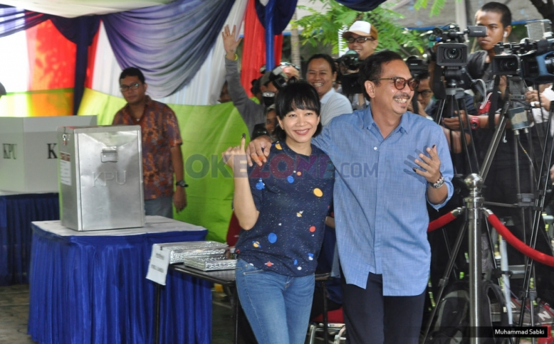 Indra Birowo Asyik Swafoto di Lokasi Pencoblosan