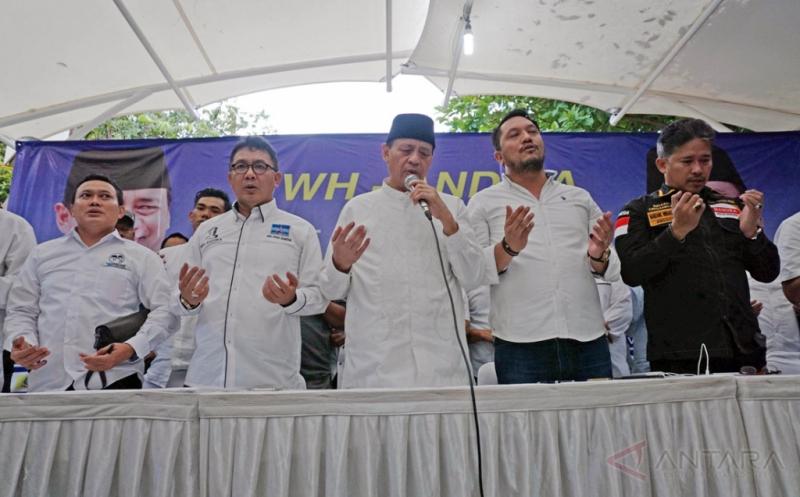 Calon Gubernur Banten Wahidin Halim (kedua kiri) didampingi sejumlah anggota tim pemenangan berdoa bersama di kantor WH-Andika Center, Pinang, Banten, Rabu (15/2/2017). Wahidin Halim memberikan pernyataan kemenangannya berdasarkan sejumlah hasil survey dengan kemenangan di atas 51 persen.
