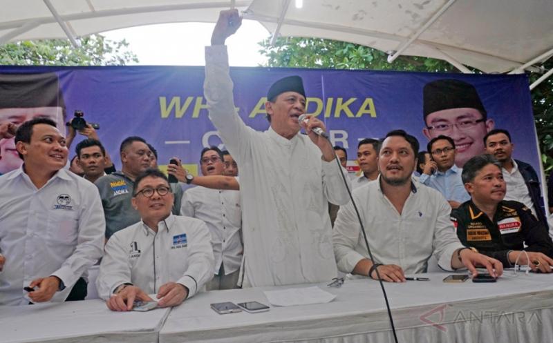 Calon Gubernur Banten Wahidin Halim (ketiga kiri) didampingi sejumlah anggota tim pemenangan memberikan keterangan kepada wartawan di kantor WH-Andika Center, Pinang, Banten, Rabu (15/2/2017). Wahidin Halim memberikan pernyataan kemenangannya berdasarkan sejumlah hasil survey dengan kemenangan di atas 51 persen.