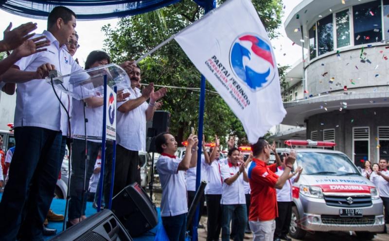 Ketua Umum DPP Partai Perindo Hary Tanoesoedibjo (kiri) melepas 37 Ambulans Partai Perindo tahap IV di Sekretariat DPP Partai Perindo, Menteng, Jakarta, Rabu (15/2/2017). Pelepasan 37 ambulans itu merupakan upaya Partai Perindo untuk terus memperkuat komitmen dalam memberikan manfaat bagi masyarakat salah satunya dengan pelayanan ambulans gratis.