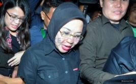 Calon Wakil Gubernur nomor urut satu Sylviana Murni menjawab pertanyaan wartawan saat berjalan keluar dari Wisma Proklamasi, Jalan Proklamasi, Jakarta Pusat, Rabu (15/2/2017). Menurut hasil perhitungan cepat (quick qount), pasangan Agus-Sylvi masih di urutan terakhir dengan perolehan 18,7%.