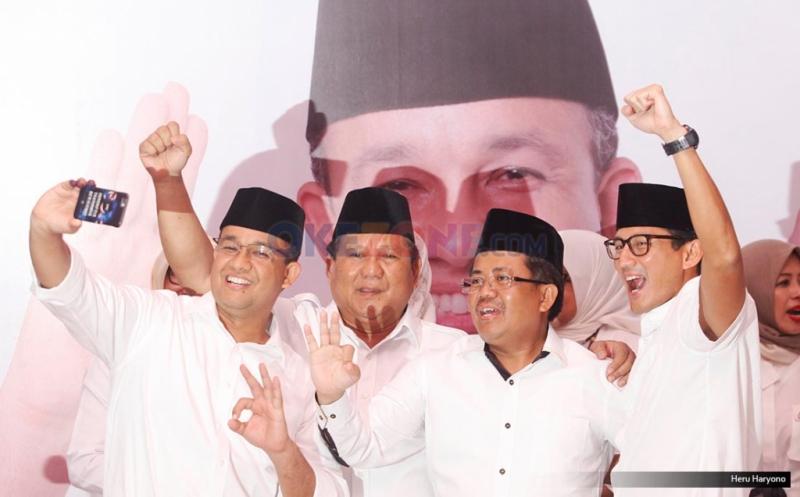 Ketua Umum Partai Gerindra Prabowo Subianto (kedua kiri), Presiden PKS Sohibul Iman (kedua kanan), Cagub DKI Jakarta Anies Baswedan (kiri) dan Cawagub DKI Jakarta Sandiaga Uno (kanan) melakukan wefie di DPP Gerindra, Jakarta, Rabu (15/2/2017). Hasil hitung cepat iNews Research Agus-Sylvi 17,42%, Ahok-Djarot 42,10%, Anies-Sandiaga 40,48%.