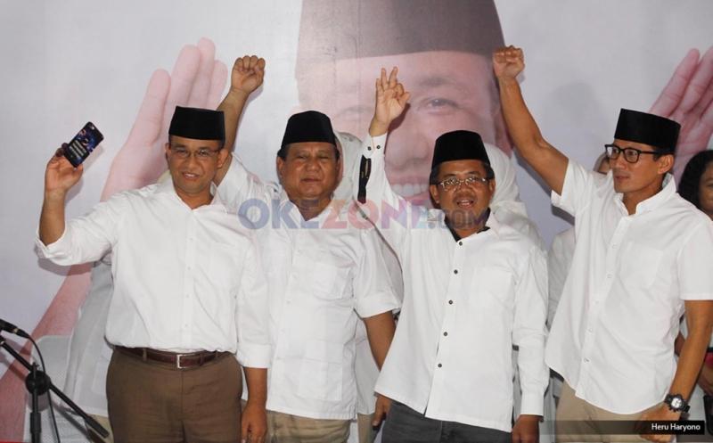 Ketua Umum Partai Gerindra Prabowo Subianto (kedua kiri), Presiden PKS Sohibul Iman (kedua kanan), Cagub DKI Jakarta Anies Baswedan (kiri) dan Cawagub DKI Jakarta Sandiaga Uno (kanan) mengangkat tangan bersama  usai konferensi pers pemenangan  di DPP Gerindra, Jakarta, Rabu (15/2/2017).  Hasil hitung cepat iNews Research Agus-Sylvi 17,42%, Ahok-Djarot 42,10%, Anies-Sandiaga 40,48%.