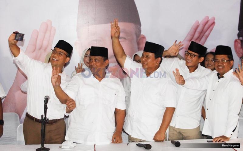 Ketua Umum Partai Gerindra Prabowo Subianto (tengah), Presiden PKS Sohibul Iman (kanan), Cagub DKI Jakarta Anies Baswedan (kiri) dan Cawagub DKI Jakarta Sandiaga Uno (kanan) dan Djoko Santoso melakukan wefie usai konferensi pers di DPP Gerindra, Jakarta, Rabu (15/2/2017).  Hasil hitung cepat iNews Research Agus-Sylvi 17,42%, Ahok-Djarot 42,10%, Anies-Sandiaga 40,48%.
