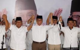 Ketua Umum Prabowo Subianto (kiri), Presiden PKS Sohibul Iman (kanan), Cagub DKI Jakarta Anies Baswedan (kedua kiri) dan Cawagub DKI Jakarta Sandiaga Uno (kedua kanan) mengangkat tangan bersama di DPP Gerindra, Jakarta, Rabu (15/2/2017).  Hasil hitung cepat iNews Research Agus-Sylvi 17,42%, Ahok-Djarot 42,10%, Anies-Sandiaga 40,48%
