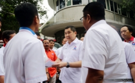 Ketua Umum Partai Perindo Hary Tanoesoedibjo berbincang dengan pengurus Partai Perindo pada acara pelepasan 37 Ambulance Perindo di DPP Partai Perindo, Jakarta, Rabu (15/2/2017). Pelepasan ini melengkapi 186 Ambulance Perindo yang melayani masyarakat di seluruh Indonesia.