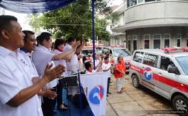 Ketua Umum Partai Perindo Hary Tanoesoedibjo (tiga kiri) melambaikan tangan saat melepas 37 Ambulance Perindo di DPP Partai Perindo, Jakarta, Rabu (15/2/2017). Pelepasan ini melengkapi 186 Ambulance Perindo yang melayani masyarakat di seluruh Indonesia.