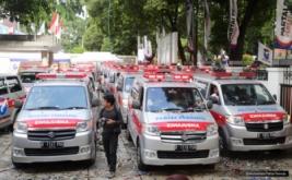 Seorang fotografer berjalan di dekat Ambulance Perindo pada acara pelepasan 37 Ambulance Perindo di DPP Partai Perindo, Jakarta, Rabu (15/2/2017). Pelepasan ini melengkapi 186 Ambulance Perindo yang melayani masyarakat di seluruh Indonesia.