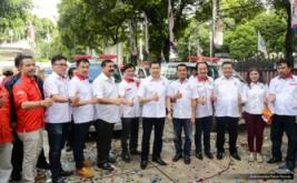 Ketua Umum Partai Perindo Hary Tanoesoedibjo (enam kanan) foto bersama pengurus Partai Perindo usai melepas 37 Ambulance Perindo di DPP Partai Perindo, Jakarta, Rabu (15/2/2017). Pelepasan ini melengkapi 186 Ambulance Perindo yang melayani masyarakat di seluruh Indonesia.