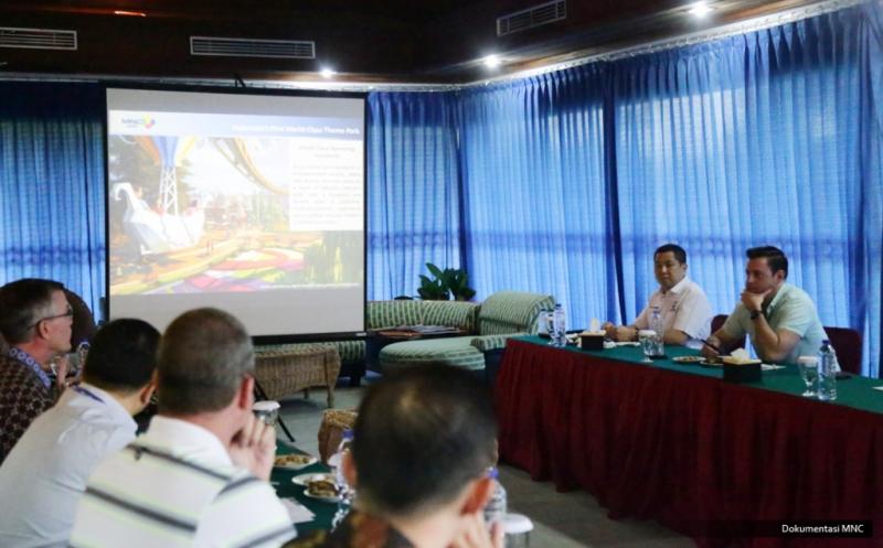 "Chairman & CEO MNC Group Hary Tanoesoedibjo (dua kanan) bersama jurnalis Forbes, Abram Brown (kanan) melihat perkembangan pembangunan ""one stop destination city for lifestyle and family entertainment"" di Lido, Bogor, Jawa Barat, Rabu (15/2/2017). Kawasan terpadu ini akan menjadi ikon kebanggaan Indonesia."