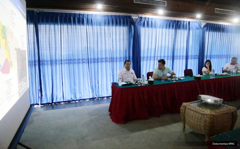 """Chairman & CEO MNC Group Hary Tanoesoedibjo (kiri) bersama jurnalis Forbes, Abram Brown (dua kiri) melihat perkembangan pembangunan """"one stop destination city for lifestyle and family entertainment"""" di Lido, Bogor, Jawa Barat, Rabu (15/2/2017). Kawasan terpadu ini akan menjadi ikon kebanggaan Indonesia."""