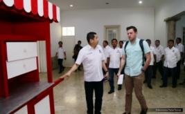 Ketua Umum Partai Perindo Hary Tanoesoedibjo menunjukkan Gerobak Perindo kepada Abram Brown dari Forbes, di Kantor DPP Partai Perindo, Jakarta, Rabu (15/2/2017).