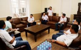 Ketua Umum Partai Perindo Hary Tanoesoedibjo (tiga kiri) berbincang dengan Abram Brown dari Forbes, di Kantor DPP Partai Perindo, Jakarta, Rabu (15/2/2017). Hary Tanoe menjelaskan perkembangan partai berlambang Rajawali ini sambil menunjukkan setiap sudut Kantor DPP Partai Perindo, kepada jurnalis asal New York, Amerika Serikat tersebut.