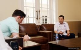 Ketua Umum Partai Perindo Hary Tanoesoedibjo (kanan) menjelaskan perkembangan Partai Perindo kepada Abram Brown dari Forbes, di Kantor DPP Partai Perindo, Jakarta, Rabu (15/2/2017).