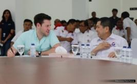 Ketua Umum Partai Perindo Hary Tanoesoedibjo berbincang dengan jurnalis Forbes, Abram Brown, pada acara Konsolidasi DPW, DPD dan sayap Partai Perindo DKI Jakarta di DPP Partai Perindo, Jakarta, Rabu (15/2/2017). Kehadiran Abram Brown dalam rangka meliput kegiatan Hary Tanoe, dari bisnis, rumah tangga, dan juga politiknya.