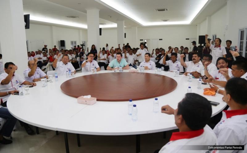 Jurnalis Forbes, Abram Brown (lima kiri), menghadiri acara Konsolidasi DPW, DPD dan sayap Partai Perindo DKI Jakarta di DPP Partai Perindo, Jakarta, Rabu (15/2/2017). Kehadiran Abram Brown dalam rangka meliput kegiatan Hary Tanoe, dari bisnis, rumah tangga, dan juga politiknya.