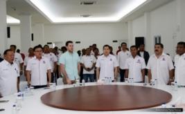 Jurnalis Forbes, Abram Brown (tiga kiri), menghadiri acara Konsolidasi DPW, DPD dan sayap Partai Perindo DKI Jakarta di DPP Partai Perindo, Jakarta, Rabu (15/2/2017). Kehadiran Abram Brown dalam rangka meliput kegiatan Hary Tanoe, dari bisnis, rumah tangga, dan juga politiknya.