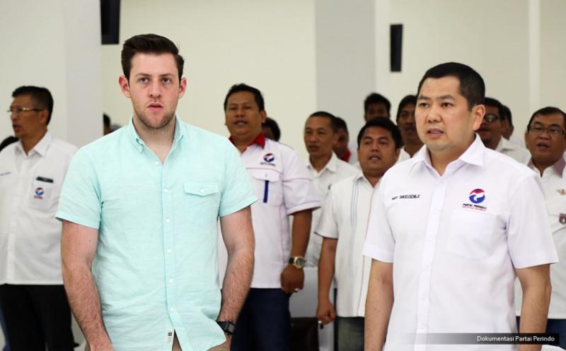 Jurnalis Forbes, Abram Brown (kiri), menghadiri acara Konsolidasi DPW, DPD dan sayap Partai Perindo DKI Jakarta di DPP Partai Perindo, Jakarta, Rabu (15/2/2017). Kehadiran Abram Brown dalam rangka meliput kegiatan Hary Tanoe, dari bisnis, rumah tangga, dan juga politiknya.