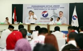 Ketua Umum Partai Perindo Hary Tanoesoedibjo (dua kiri) memberikan pengarahan pada acara Konsolidasi DPW, DPD dan sayap Partai Perindo DKI Jakarta di DPP Partai Perindo, Jakarta, Rabu (15/2/2017).