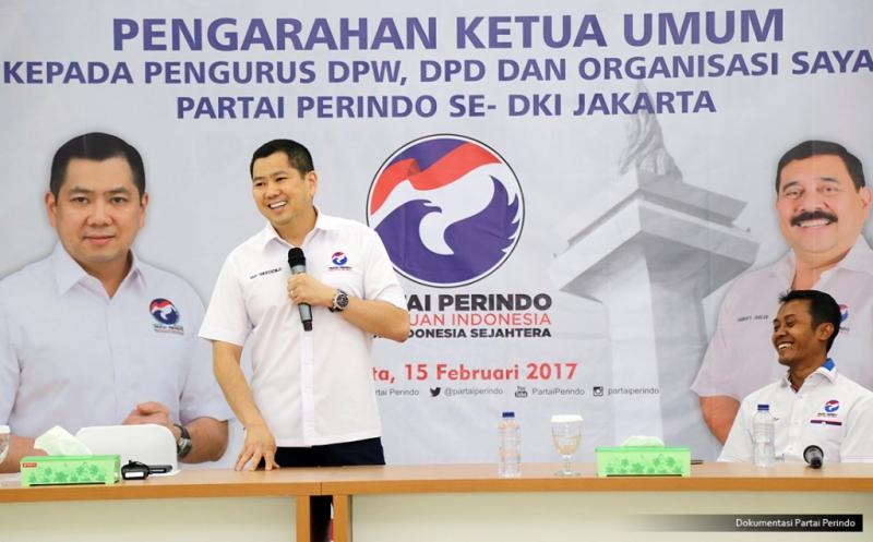 Ketua Umum Partai Perindo Hary Tanoesoedibjo (kiri) memberikan pengarahan pada acara Konsolidasi DPW, DPD dan sayap Partai Perindo DKI Jakarta di DPP Partai Perindo, Jakarta, Rabu (15/2/2017).