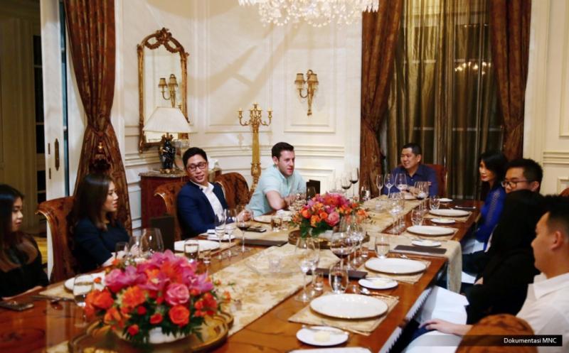 Chairman & CEO MNC Group Hary Tanoesoedibjo (tengah) dan keluarga menjamu makan malam Abram Brown dari Forbes (empat kiri) di kediaman, Jakarta, Rabu (15/2/2017). Selama dua hari, jurnalis asal New York, Amerika Serikat itu mengikuti kegiatan Hary Tanoe, mewawancarainya tentang pribadi, keluarga, bisnis dan perjuangan politik bersama Partai Perindo.