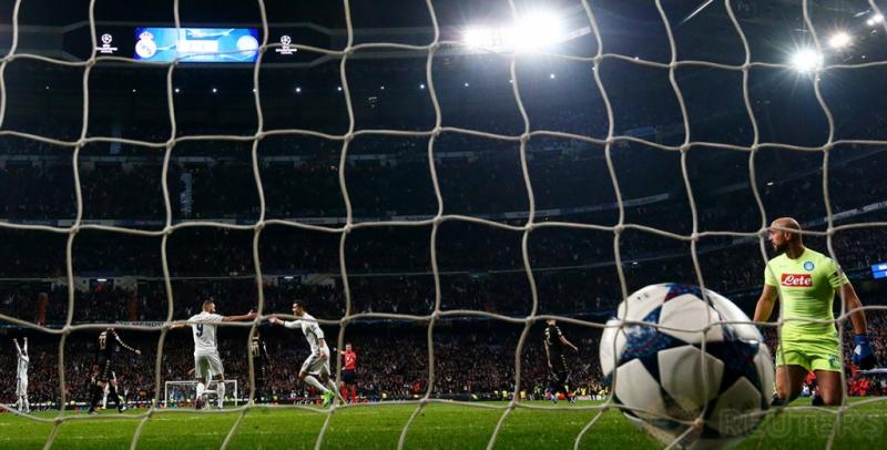 Karim Benzema mencetak gol bagi Real Madrid pada pertandingan 16 besar Liga Champions di Stadion Bernabeu.
