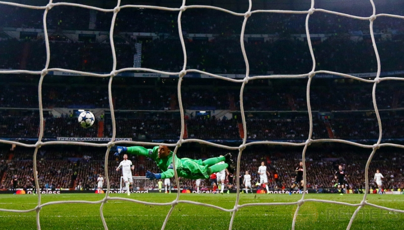 Lorenzo Insigne saat mencetak gol bagi Napoli pada pertandingan 16 besar Liga Champions di Stadion Bernabeu. Reuters / Susana Vera