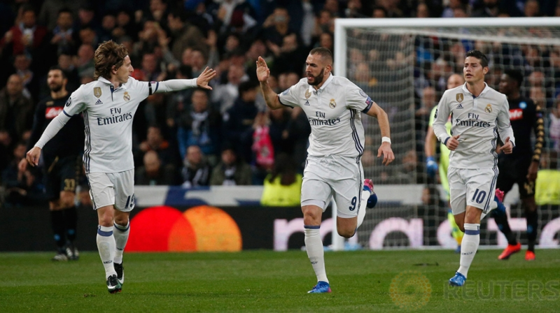 Karim Benzema saat melakukan selebrasi gol pertamanya pada pertandingan 16 besar Liga Champions di Stadion Bernabeu. Reuters / Juan Medina