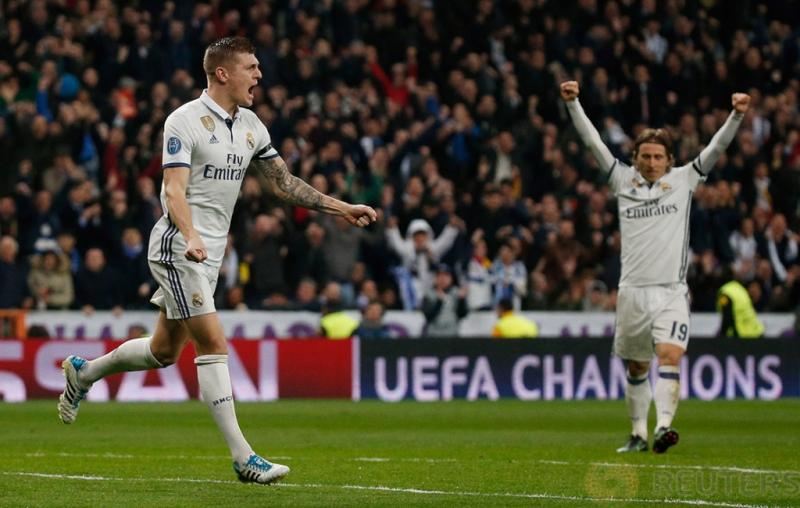 Pemain Real Madrid Toni Kroos saat melakukan selebrasi gol keduanya pada pertandingan 16 besar Liga Champions di Stadion Bernabeu. Reuters / Juan Medina