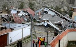 Tim penyelamat gabungan berada di lokasi tebing longsor di Kabupaten Auquisamana di La Paz, Bolivia, Kamis (16/2/2017) WIB. Sejumlah rumah yang tertimpa longsoran tersebut tidak lagi berbentuk. (REUTERS/David Mercado)