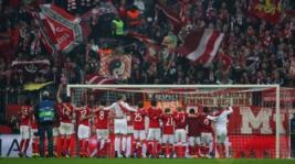 Para pemain Bayern Munchen melakukan celebrasi kemenangan pada pertandingan 16 besar liga Champion Bayern Munchen vs Arsenal yang berakhir keunggulan Bayern Munchen 5-1. Reuters / Michael Dalder