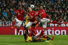 Para pemain Munchen saat berebut bola udara dengan Arsenal pada pertandingan 16 besar liga Champion Bayern Munchen vs Arsenal yang berakhir keunggulan Bayern Munchen 5-1. Reuters / Michael Dalder