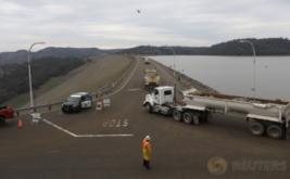 Truk membawa material berupa batu untuk perbaikan bendungan Danau Oroville di California Utara, Amerika Serikat, Kamis (16/2/2017) WIB. Bendungan tersebut mengalami erosi pada Senin (13/2) waktu setempat. (REUTERS/Jim Urquhart)