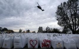 Sebuah helikopter bersiap mengangkut material berupa batu untuk perbaikan bendungan Danau Oroville di California Utara, Amerika Serikat, Kamis (16/2/2017) WIB. Bendungan tersebut mengalami erosi pada Senin (13/2) waktu setempat. (REUTERS/Jim Urquhart)