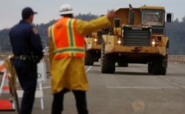 Alat berat dikerahkan dalam kegiatan pengangkutan material berupa batu untuk perbaikan bendungan Danau Oroville di California Utara, Amerika Serikat, Kamis (16/2/2017) WIB. Bendungan tersebut mengalami erosi pada Senin (13/2) waktu setempat. (REUTERS/Jim Urquhart)